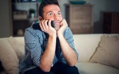 homem-assistindo-tv