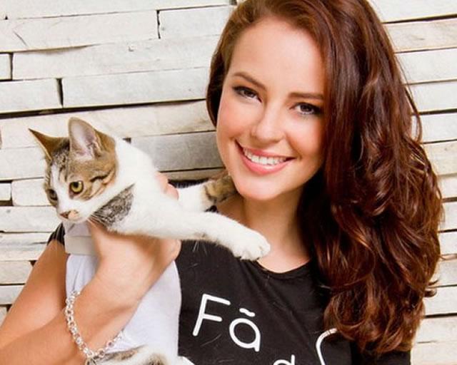 Paolla Oliveira com gato